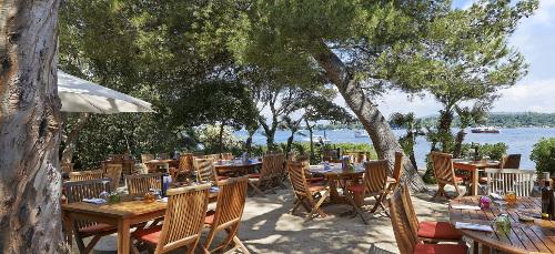 Restaurangen ligger vacker där nationaldagsfirande sker i Frankrike